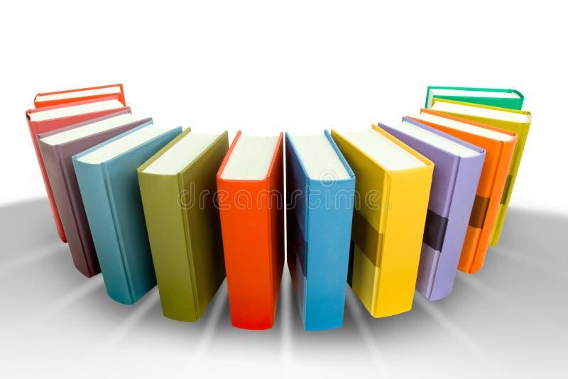 Pila de libro coloreado en el hemicircle aislado en blanco fotos de archivo