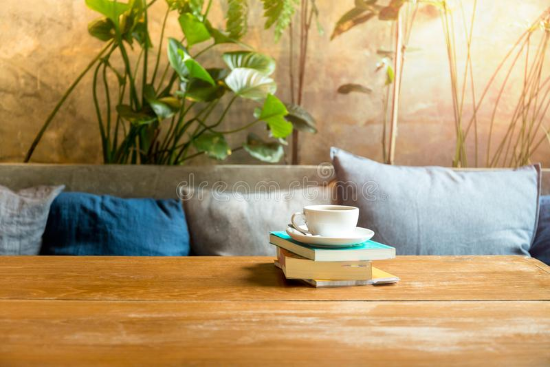 Pila de libro con la taza de café imágenes de archivo libres de regalías