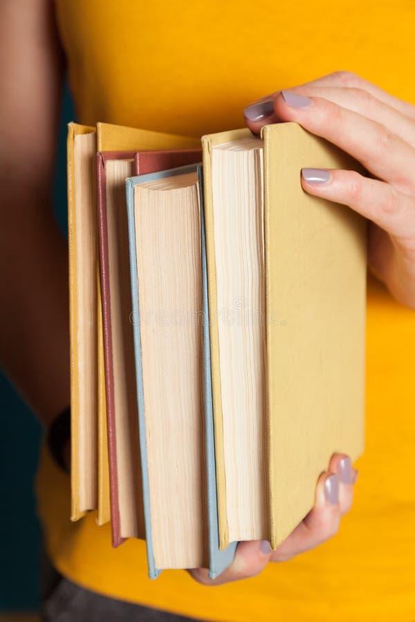 Pila de libro vieja de la universidad, pila de la educación en manos imágenes de archivo libres de regalías