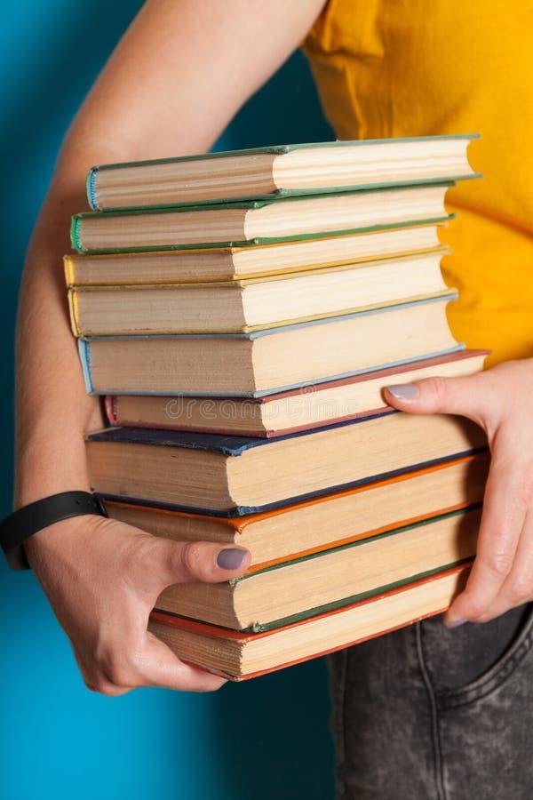 Pila de libro vieja de la universidad, pila de la educaci?n en manos imagenes de archivo