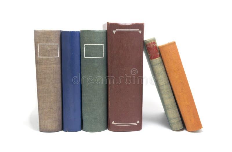 Pila de libros coloreados multi aislados en blanco fotos de archivo libres de regalías