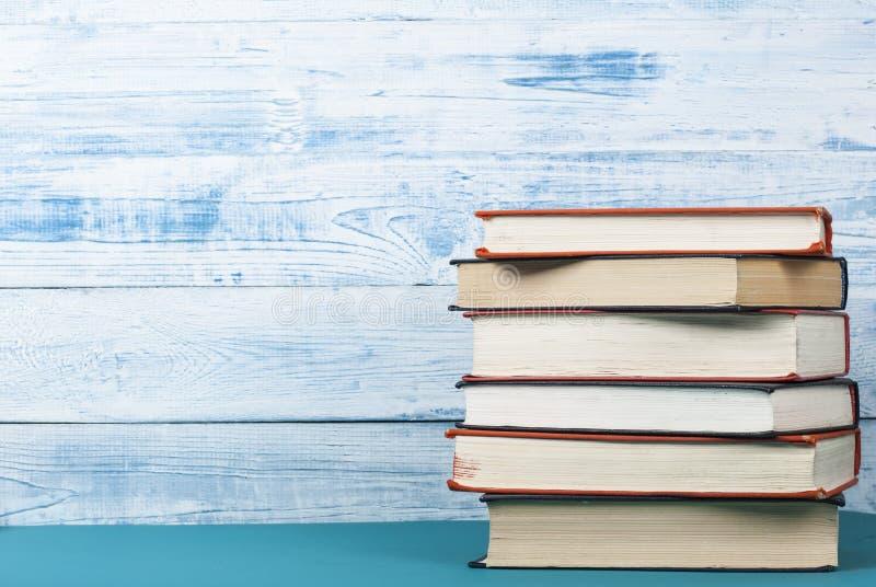 Pila de libros coloridos en el fondo de madera artístico Espacio de la copia libre De nuevo a escuela imagen de archivo