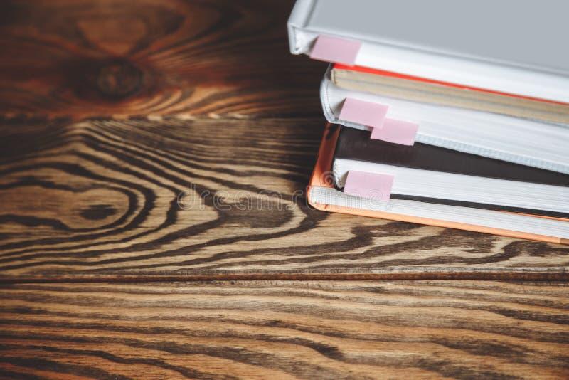 Pila de libros con las señales en una tabla de madera Copie el espacio imagenes de archivo