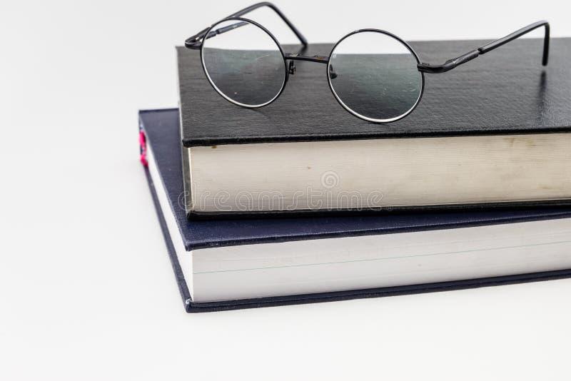 Pila de libros con un par de lentes fotografía de archivo libre de regalías