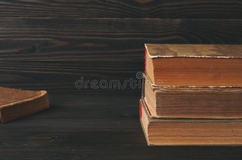 Pila de libros de la vendimia fotos de archivo