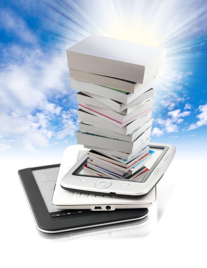 Pila de libros en e-libro imágenes de archivo libres de regalías