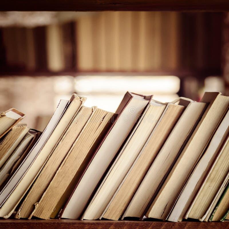 Pila de libros en el estante de la biblioteca - composición cuadrada fotos de archivo libres de regalías