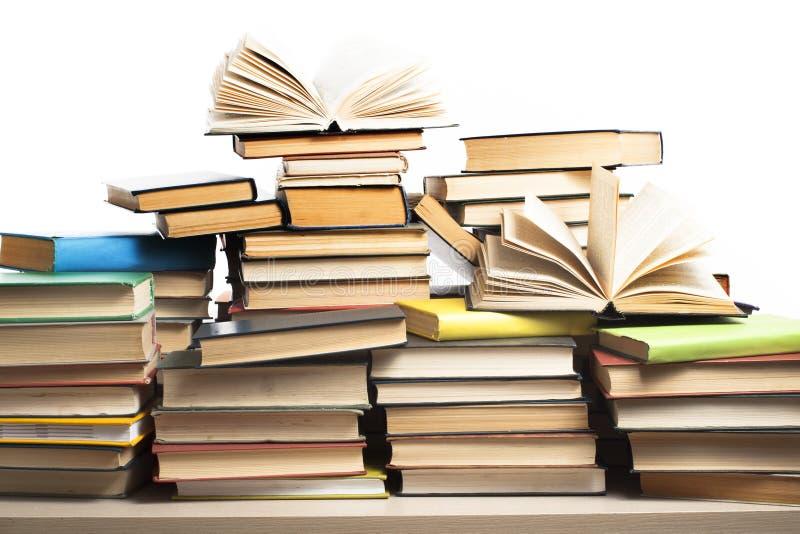 Pila de libros en el fondo blanco Concepto de la educación De nuevo a escuela imagen de archivo libre de regalías