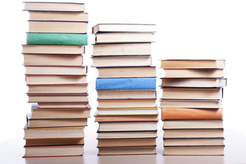 Pila de libros en el fondo blanco Concepto de la educación De nuevo a escuela imagenes de archivo