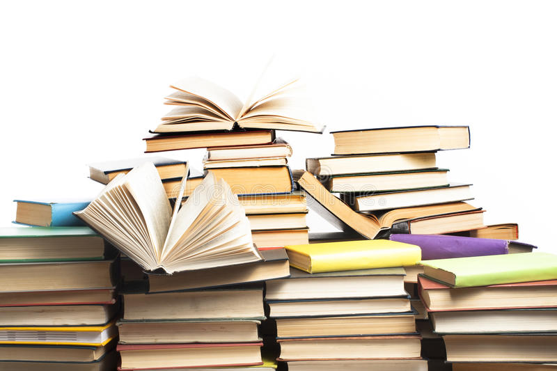 Pila de libros en el fondo blanco Concepto de la educación De nuevo a escuela imágenes de archivo libres de regalías