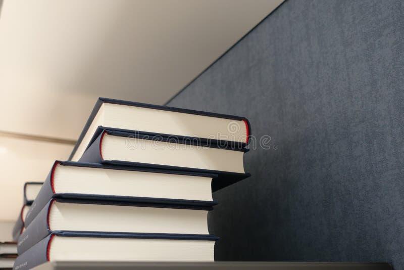 Pila de libros en estante, de nuevo a fondo de la escuela foto de archivo