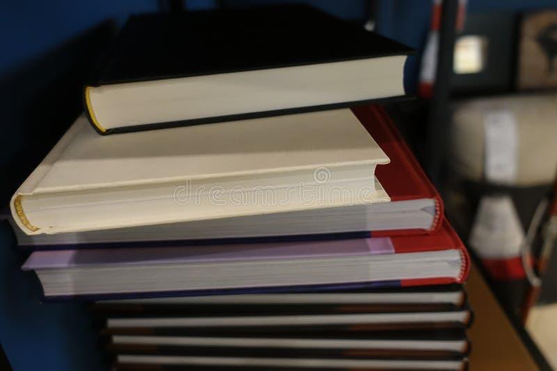Pila de libros en estante, de nuevo a fondo de la escuela fotos de archivo libres de regalías