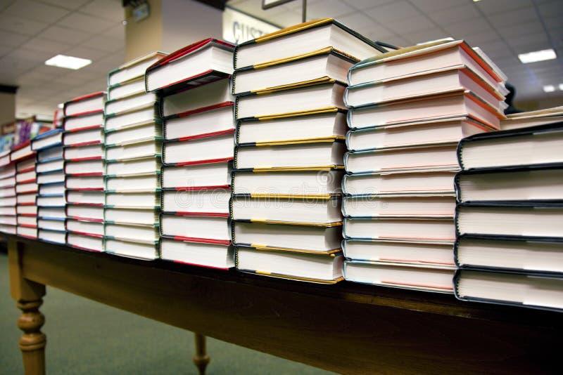 Pila de libros en la librería fotografía de archivo