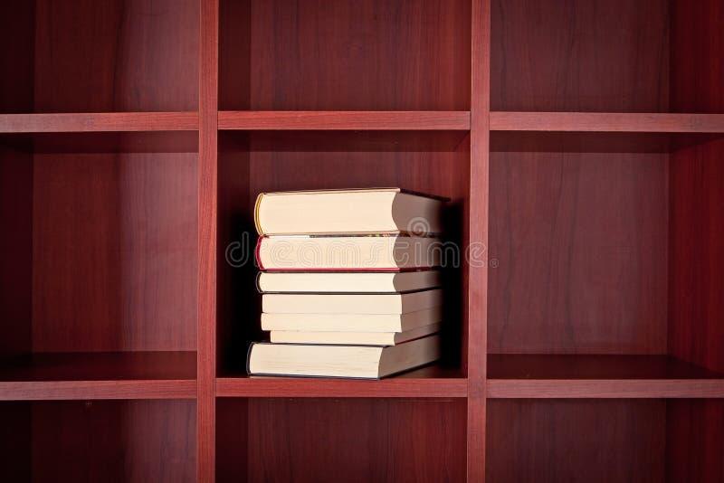 Pila de libros en un estante foto de archivo