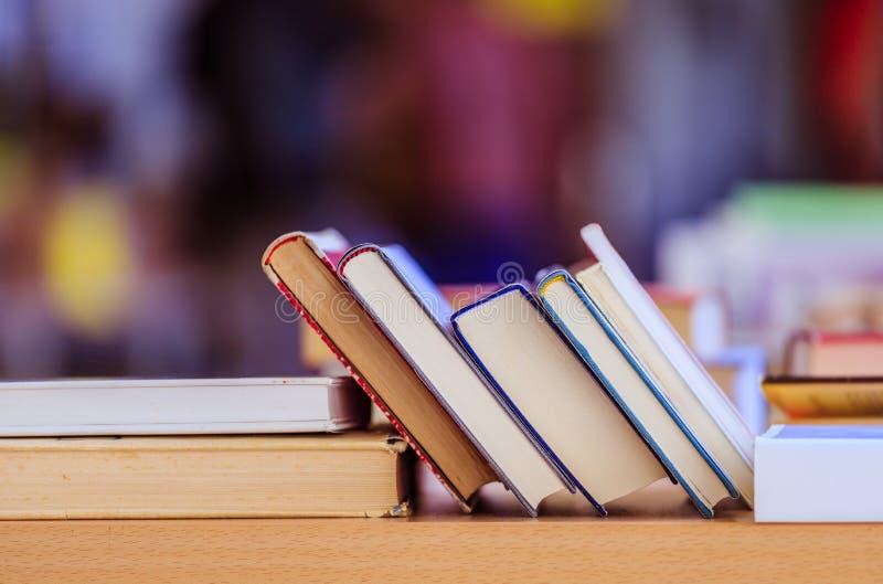 Pila de libros en un mercado de pulgas del libro de la caridad, espacio del texto fotos de archivo libres de regalías