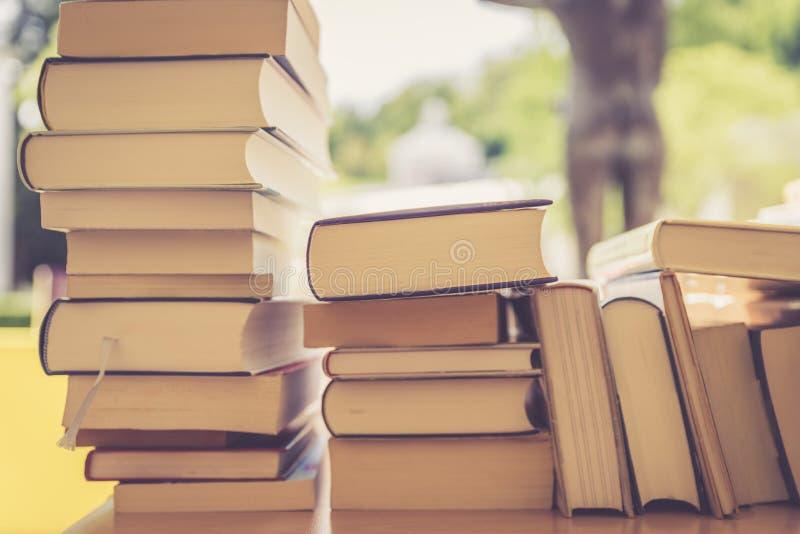 Pila de libros en un mercado de pulgas del libro de la caridad, espacio del texto imagen de archivo