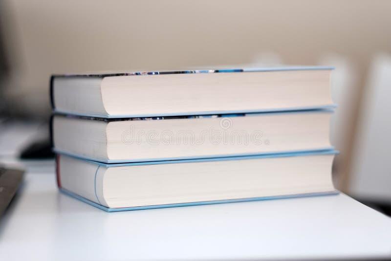 Pila de libros en un vector imagenes de archivo