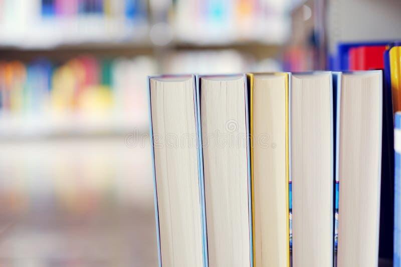 Pila de libros en una biblioteca imagen de archivo