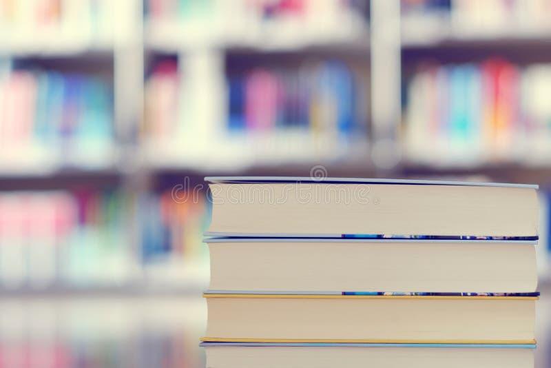 Pila de libros en una biblioteca fotos de archivo