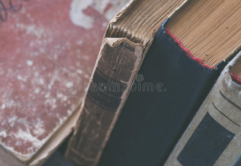 Pila de libros hechos andrajos viejos cerca para arriba imágenes de archivo libres de regalías