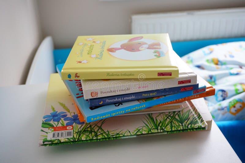 Pila de libros infantiles imágenes de archivo libres de regalías
