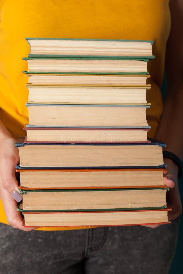 Pila de libros de las obras cl?sicas de la literatura, empoll?n imágenes de archivo libres de regalías