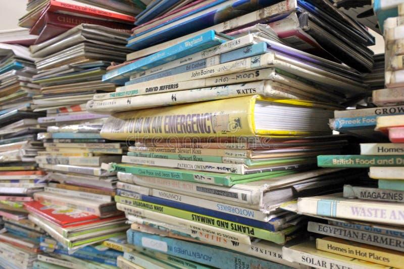 Pila de libros de lectura en una biblioteca imagenes de archivo