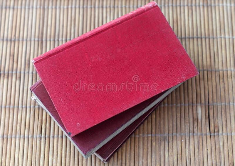 Pila de libros rojos viejos con las cubiertas en blanco y el espacio de la copia imagenes de archivo
