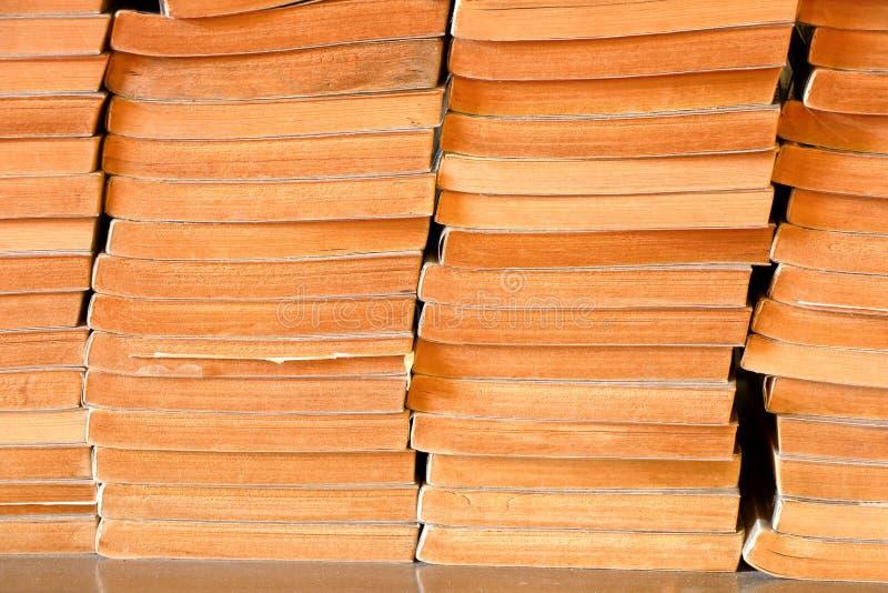 Pila de libros viejos en la librería, libro de segunda mano imagen de archivo
