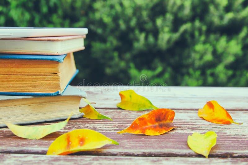 pila de libros viejos en la tabla de madera al aire libre en la tarde foto de archivo