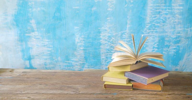 Pila de libros viejos y un libro abierto Leyendo, aprendiendo, educación, concepto de la literatura, panorama, buen espacio de la fotos de archivo