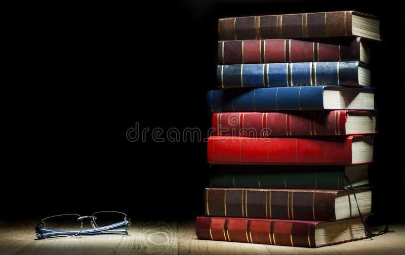 Pila de libros y de vidrios fotografía de archivo