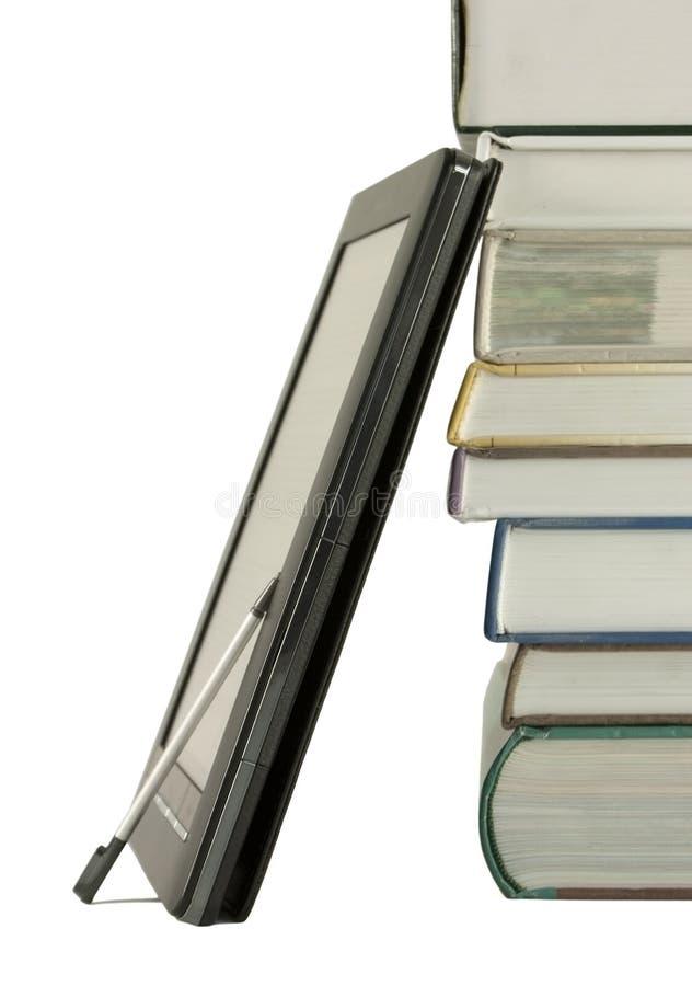 Pila de libros y del programa de lectura electrónico del libro imagen de archivo
