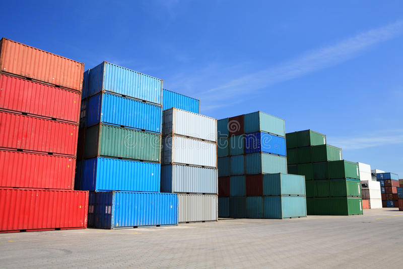 Pila de los contenedores del cargo en puerto foto de archivo