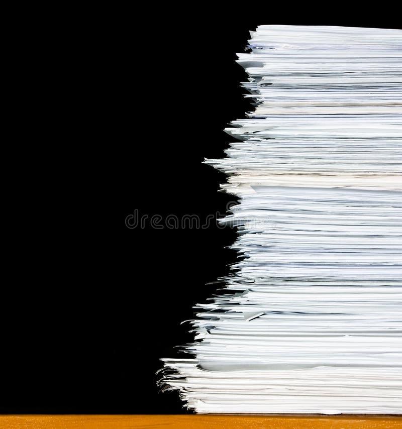 Pila de los documentos o de los ficheros, sobrecarga del papeleo foto de archivo libre de regalías