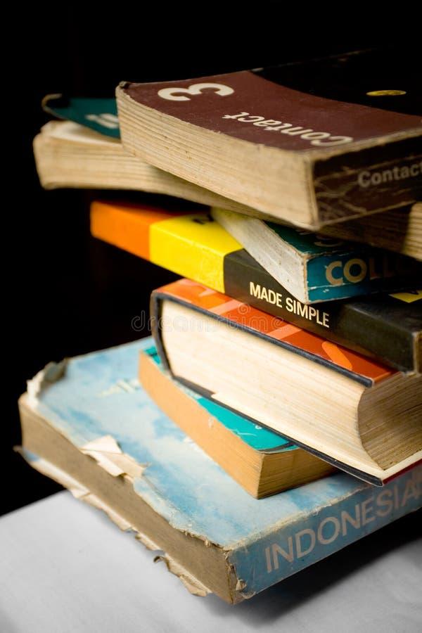 Pila de los libros viejos y gastados - conocimiento imagenes de archivo