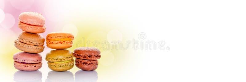 Pila de macarons franceses coloreados en colores pastel, fondo panorámico foto de archivo