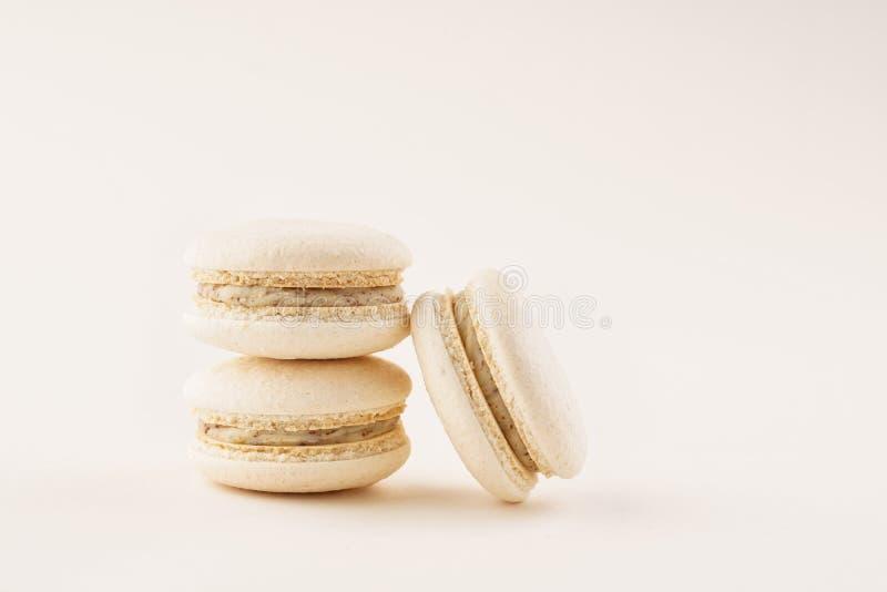 Pila de macarons franceses de la vainilla en fondo ligero imagen de archivo