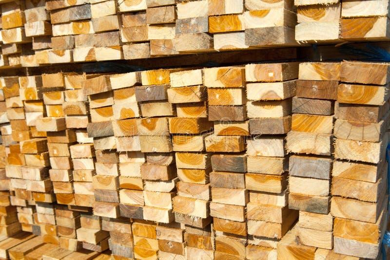 Pila de madera de la teca en yarda de madera de construcción pila de madera fotos de archivo