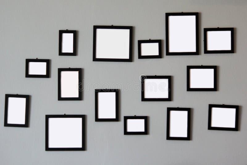 Pila de marcos de madera vacíos en la pared fotografía de archivo libre de regalías