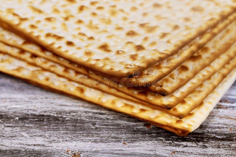 Pila de matzah o de matza en un fondo de madera del vintage imagenes de archivo