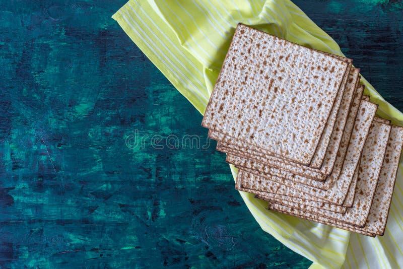 Pila de matzah o de matza en una tabla de madera fotografía de archivo