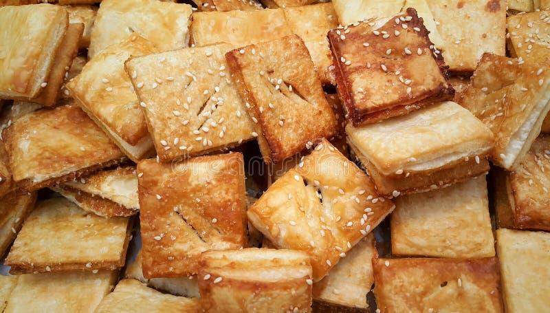Pila de mini pastas de hojaldre frescas asperjadas con los sesames fotos de archivo