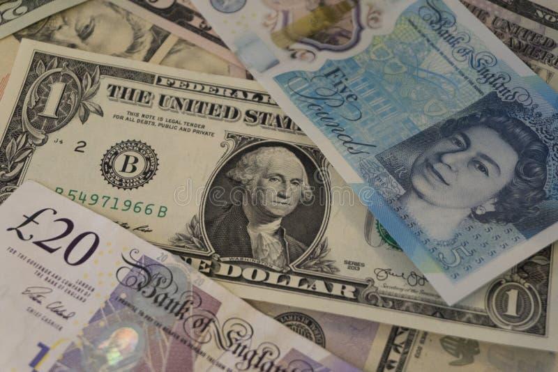 Pila de moneda americana y británica imagen de archivo libre de regalías