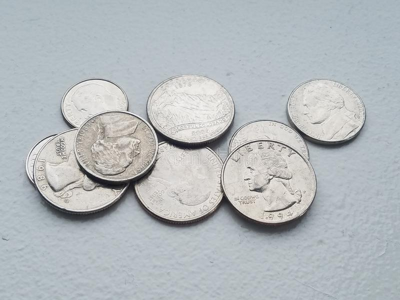 Pila de moneda de diez centavos y de cuartos de la libertad de la moneda de las monedas de los E.E.U.U. de directamente arriba imágenes de archivo libres de regalías