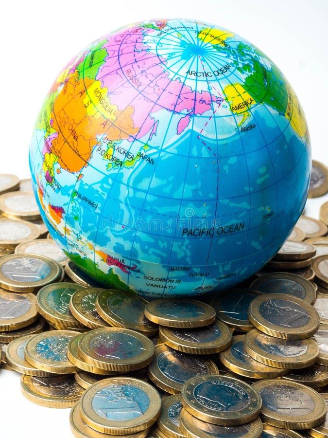 Pila de monedas con el planeta en el fondo - concepto del mundo de ahorrar el planeta, concepto de relación entre el dinero, econ fotos de archivo libres de regalías