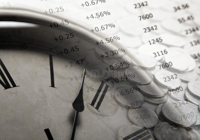 Pila de monedas con los dígitos y la cara de reloj imágenes de archivo libres de regalías