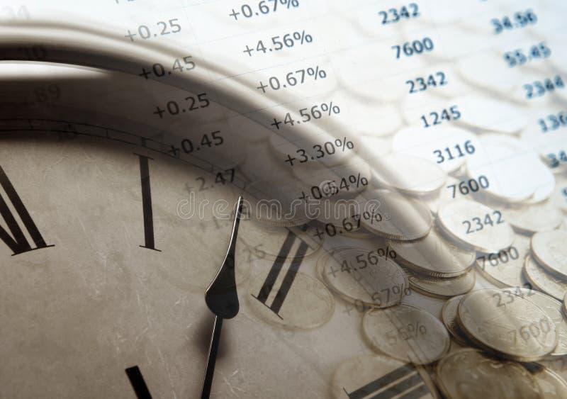 Pila de monedas con los dígitos y la cara de reloj imagenes de archivo