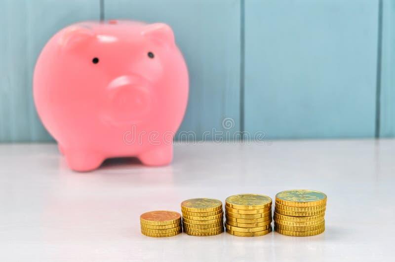 Pila de monedas de oro con la prohibición guarra rosada fotos de archivo libres de regalías