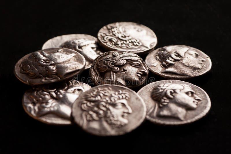Pila de monedas de plata del griego clásico fotografía de archivo libre de regalías